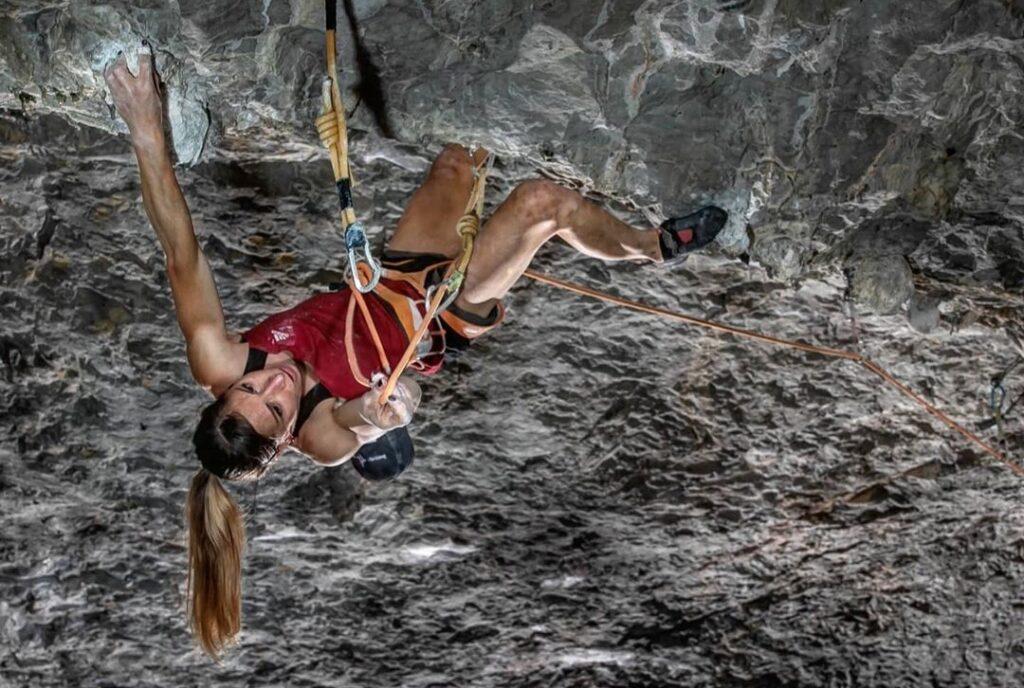 Mina Markovic escalando en la cueva de Osp