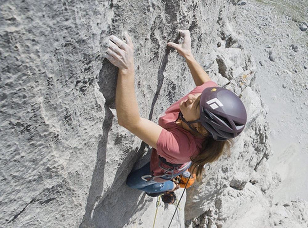 Barbara Zangerl escalando 'Kampfzone'