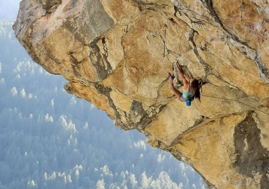 Laura Rogora escalando