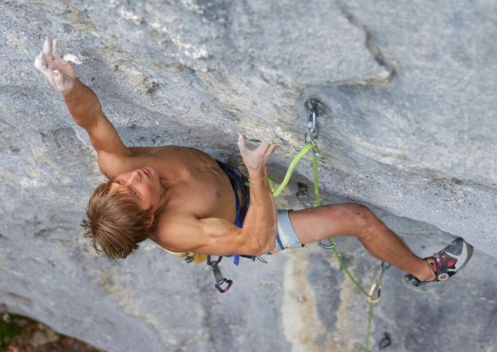 Alex Megos escalando