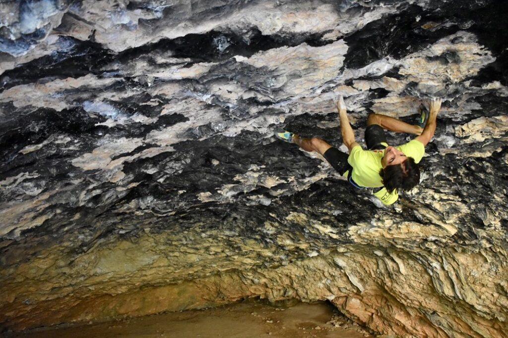 Dani Fuertes escalando en la Cueva de Alí Babá