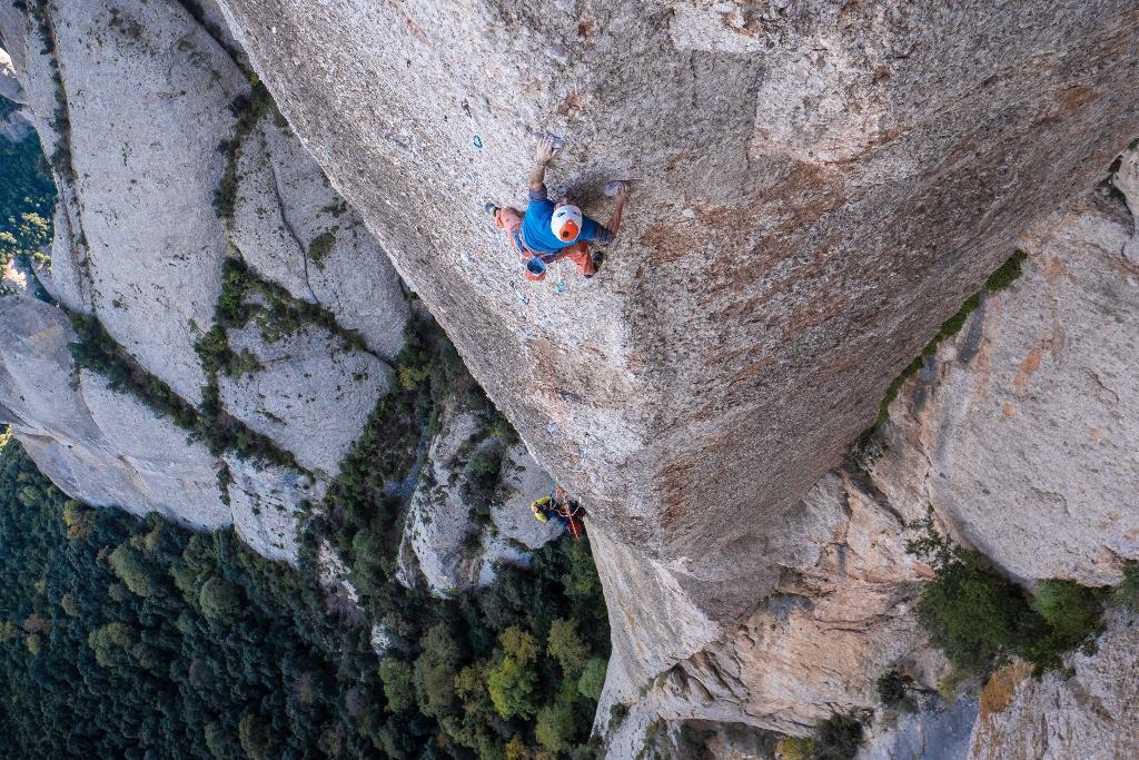 Edu Marín escalando Arco Iris en Montserrat