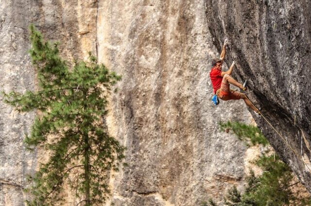 Tom Bolger escalando en Margalef