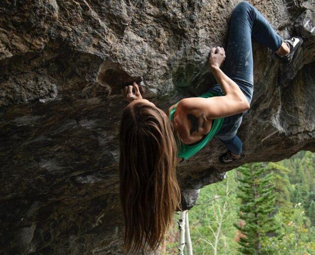 Isabelle Faus escalando