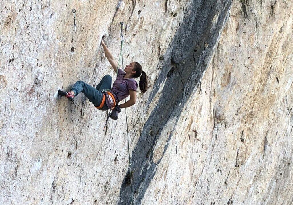 Iziar Martínez escalando en Cuenca