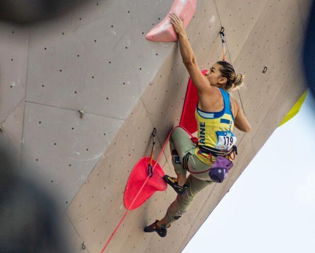 Ievgeniia Kazbekova en una competición de escalada