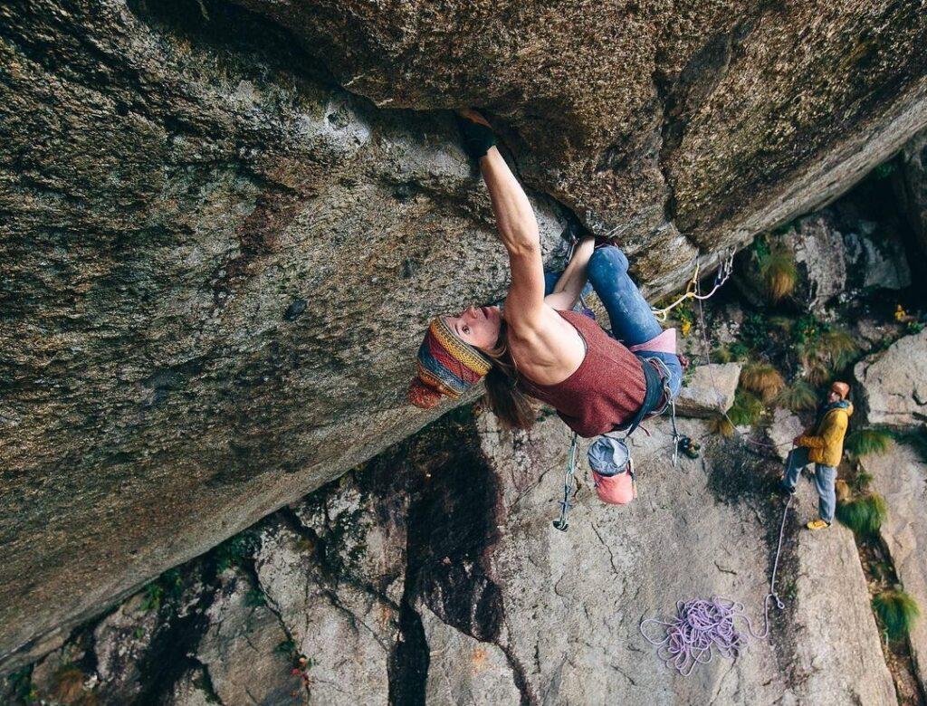Barbara Zangerl escalando la fisura Green Spit
