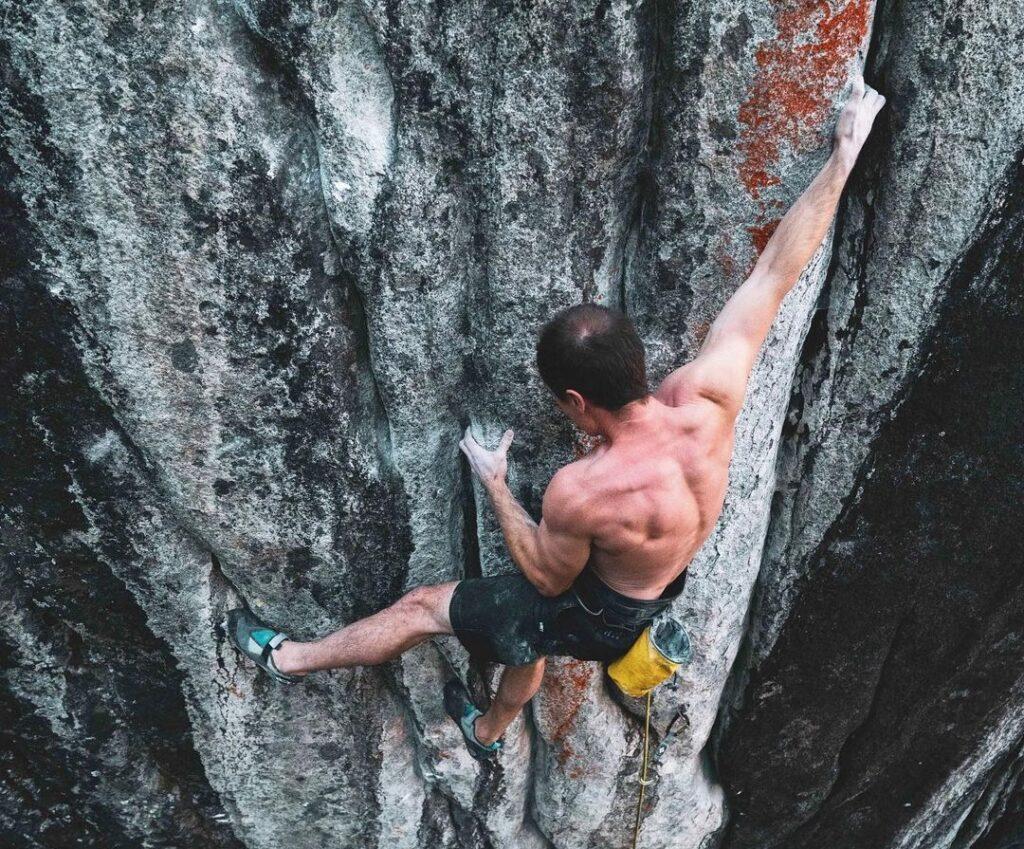 Carlo Traversi escalando la vía Empath
