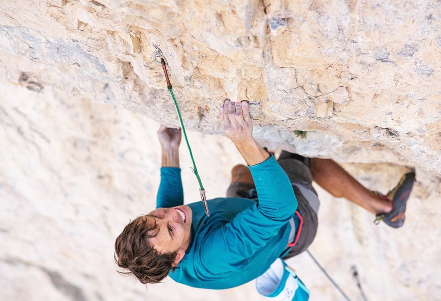 Jonathan Siegrist escalando en el sector 5G wall