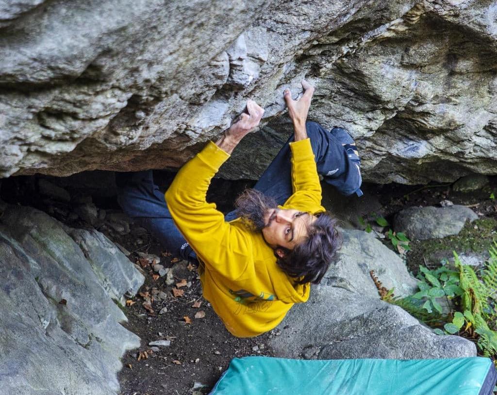 Niky Ceria haciendo boulder en Chironico