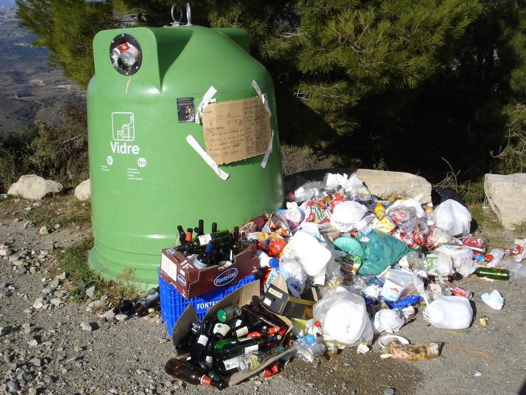 contenedor de basura en sector de escalada