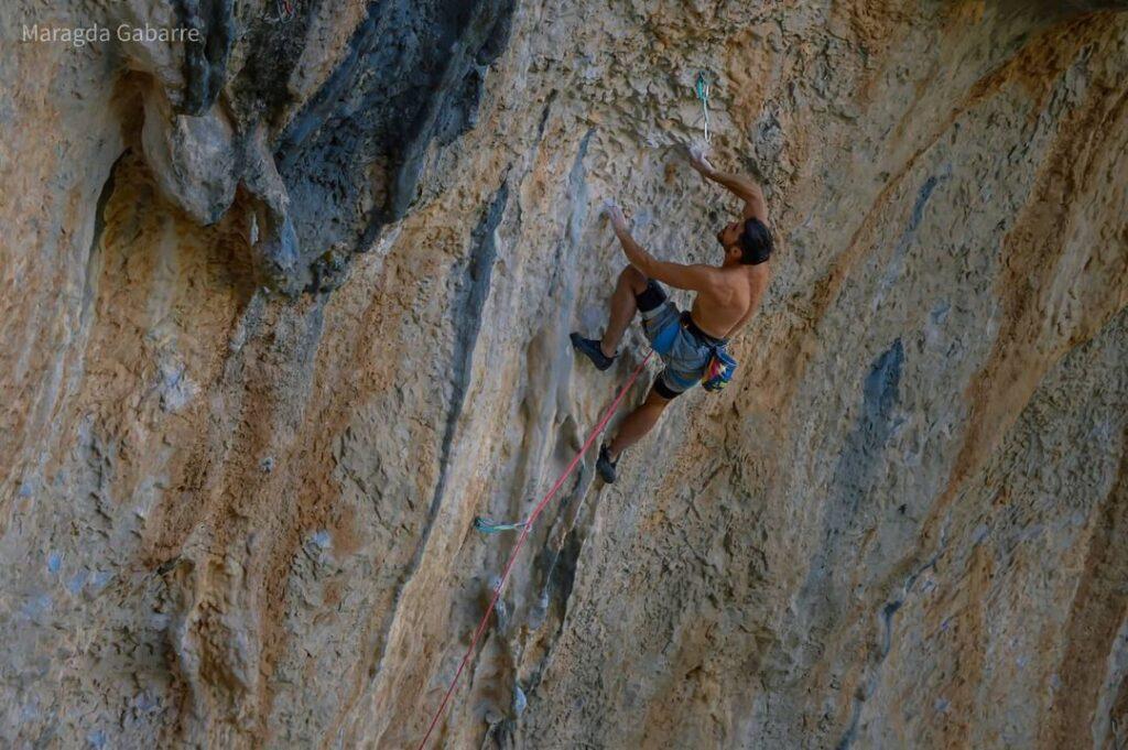 Jonatan Flor escalando en Villanueva del Rosario