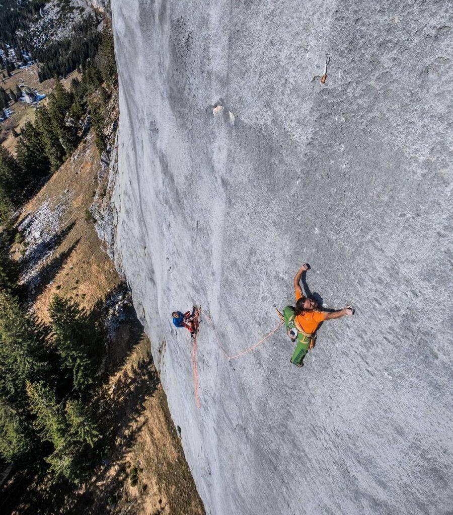 Alex Huber escalando en libre Highway