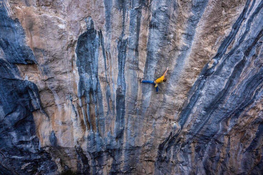 lAlex Megos escalando en Turquía