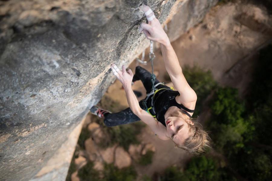 Ella Adamovska escalando en Margalef