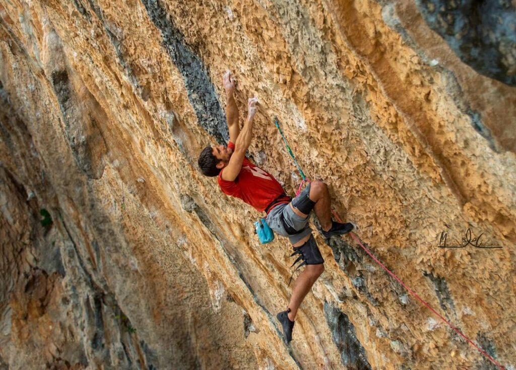 Jonatan Flor escalando La Planta de Shiva