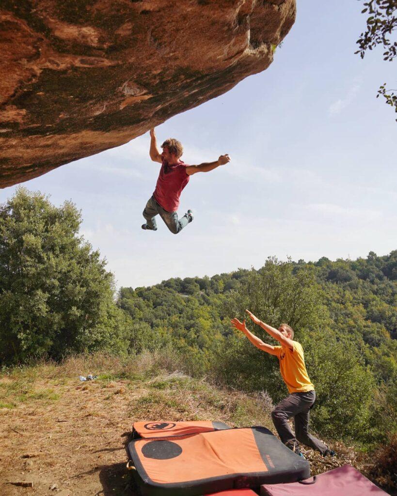 Pol Roca haciendo boulder en Taradell