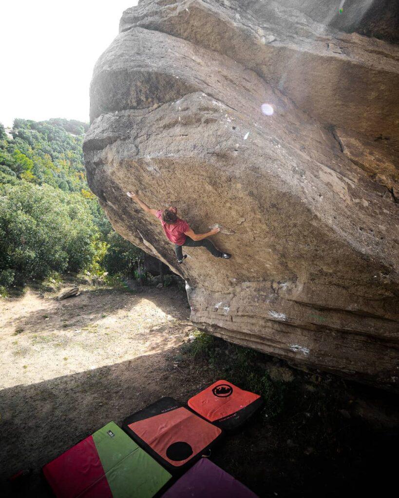 Pol Roca en un proyecto de boulder en Taradell