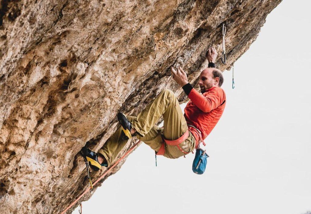 Cédric Lachat escalando en Sait-Léger-du-Ventoux