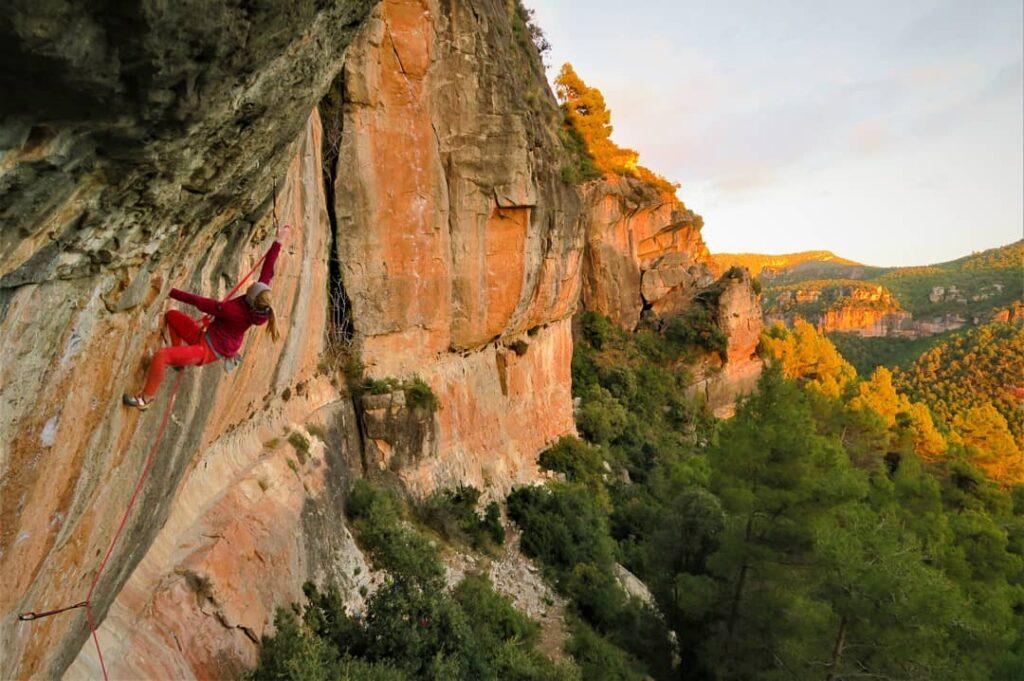 Martina Demmel escalando en Siurana