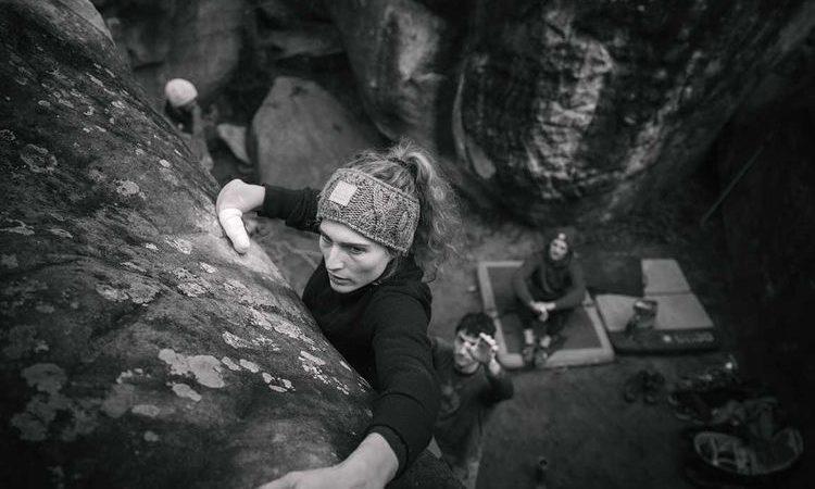 Solenne Piret escalando en Fontainebleau
