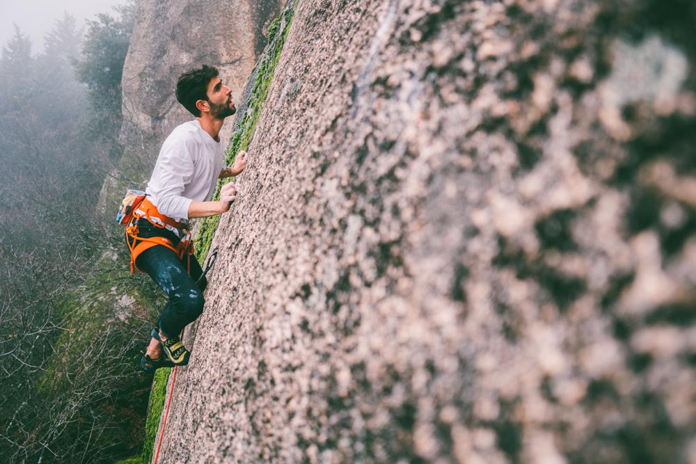 Alejandro Gala escalando en La Pedriza