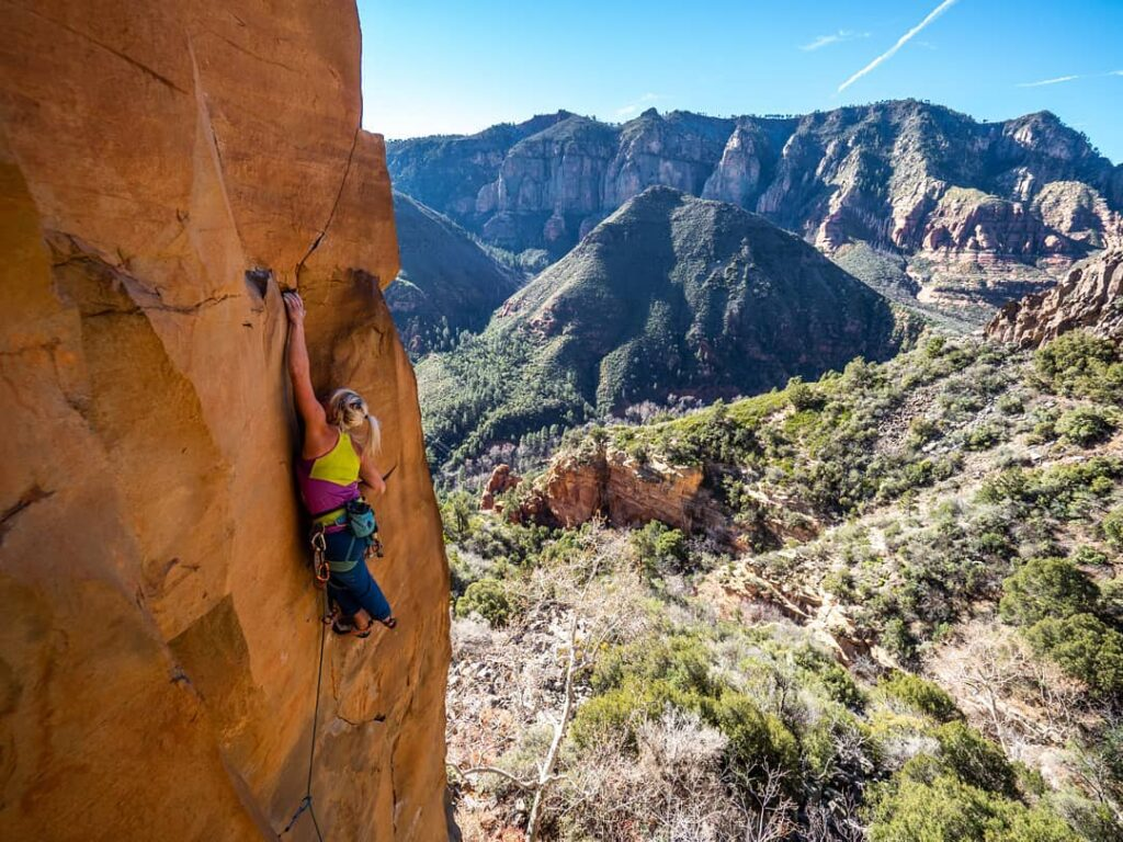 Brittany Goris escalando en Sedona