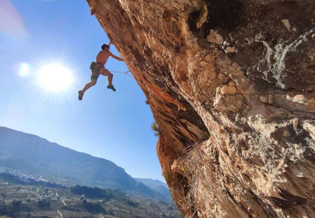 Jonatan Flor escalando en Crevillente