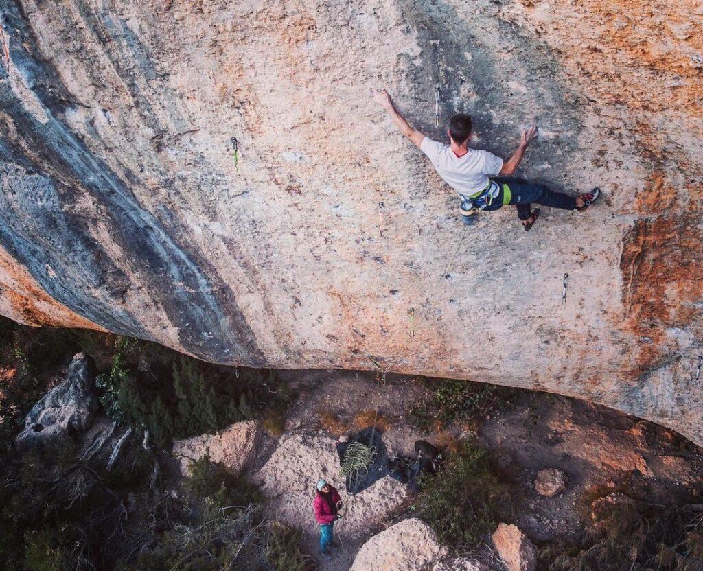 Tom Bolger escalando en Margalef