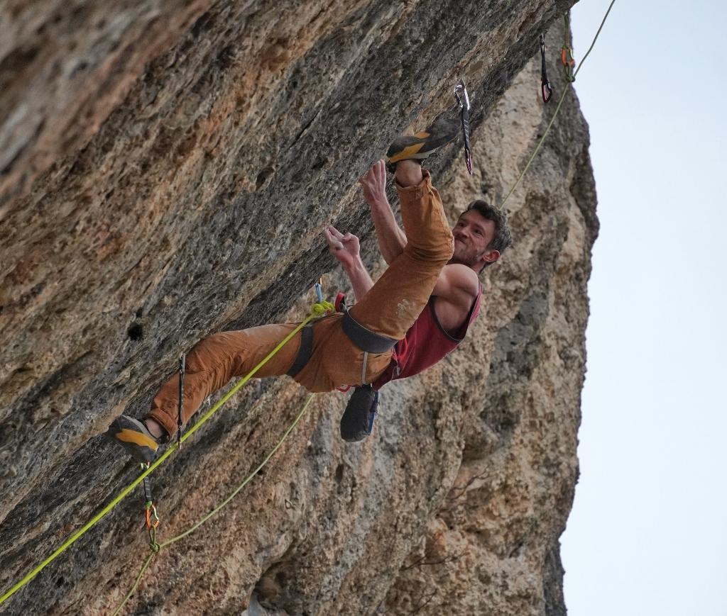 Tom Bolger escalando en Espadelles