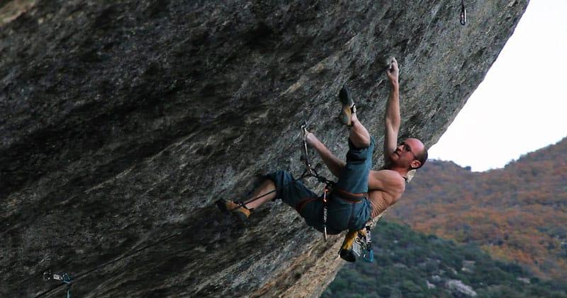 Iker Pou escalando en Buoux