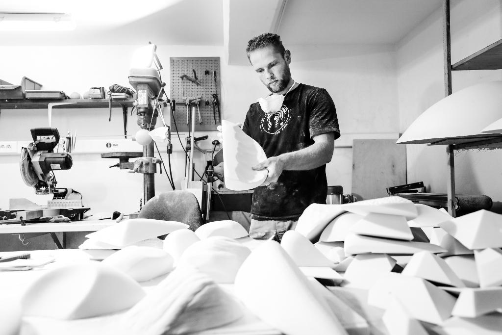 Simon Margon diseñando presas de escalada
