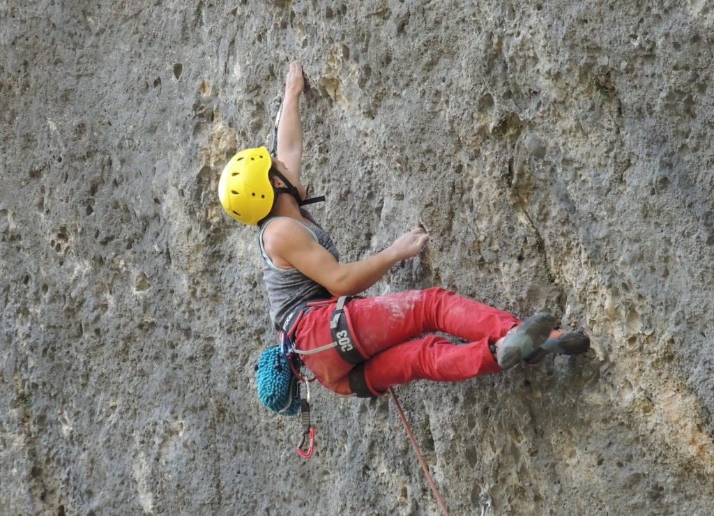 Júlia Benach escalando en Margalef