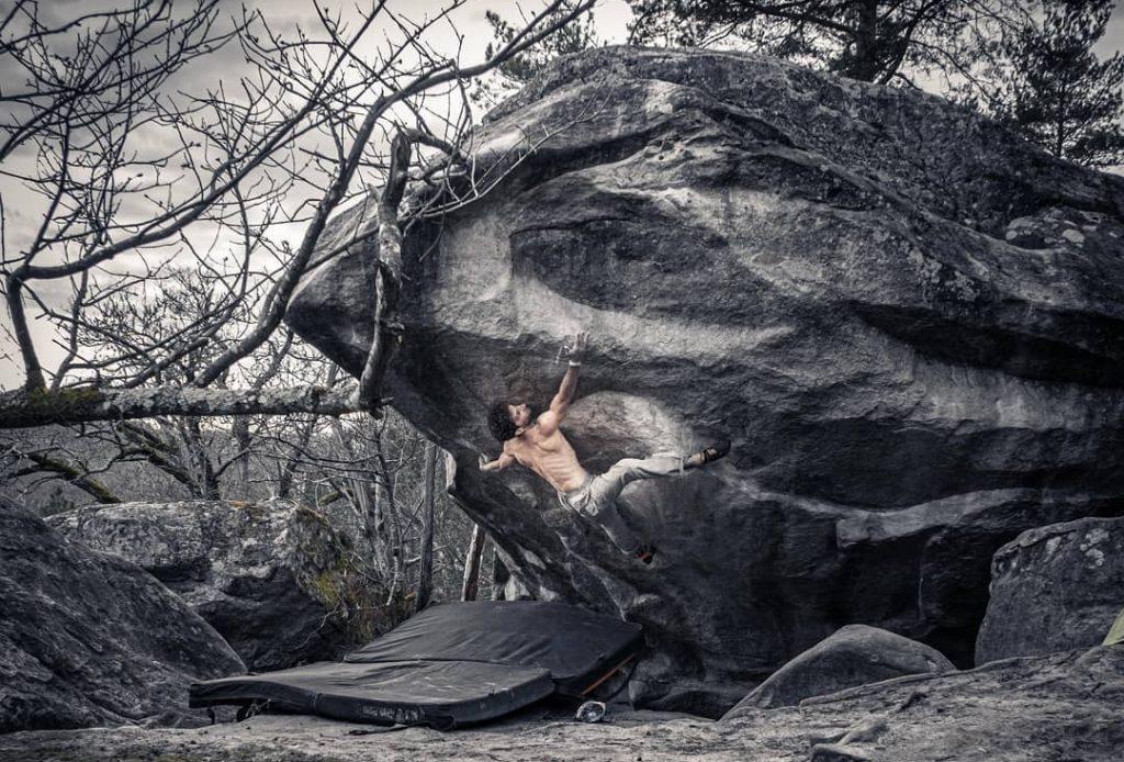 Nico Pelorson haciendo boulder en Fontainebleau