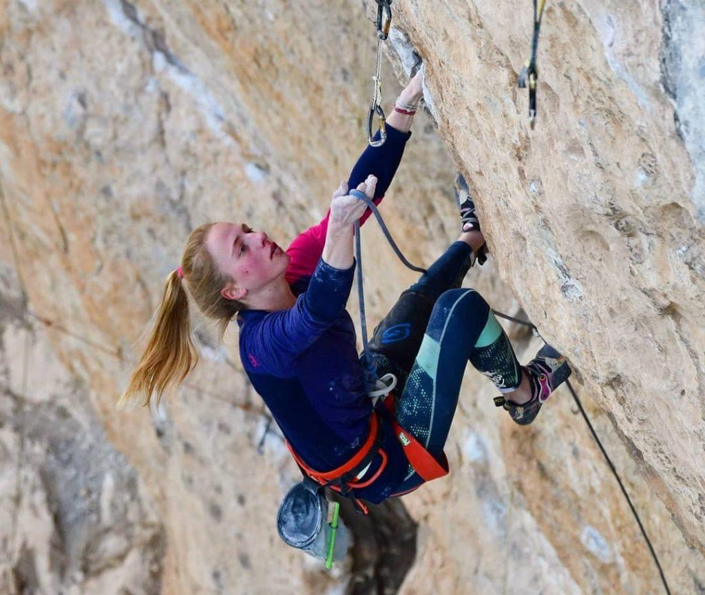 Martina Demmel escalando en Oliana