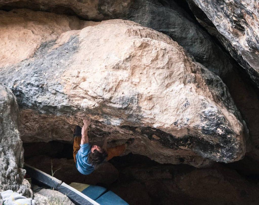 Alex Garriga haciendo boulder en Cuenca
