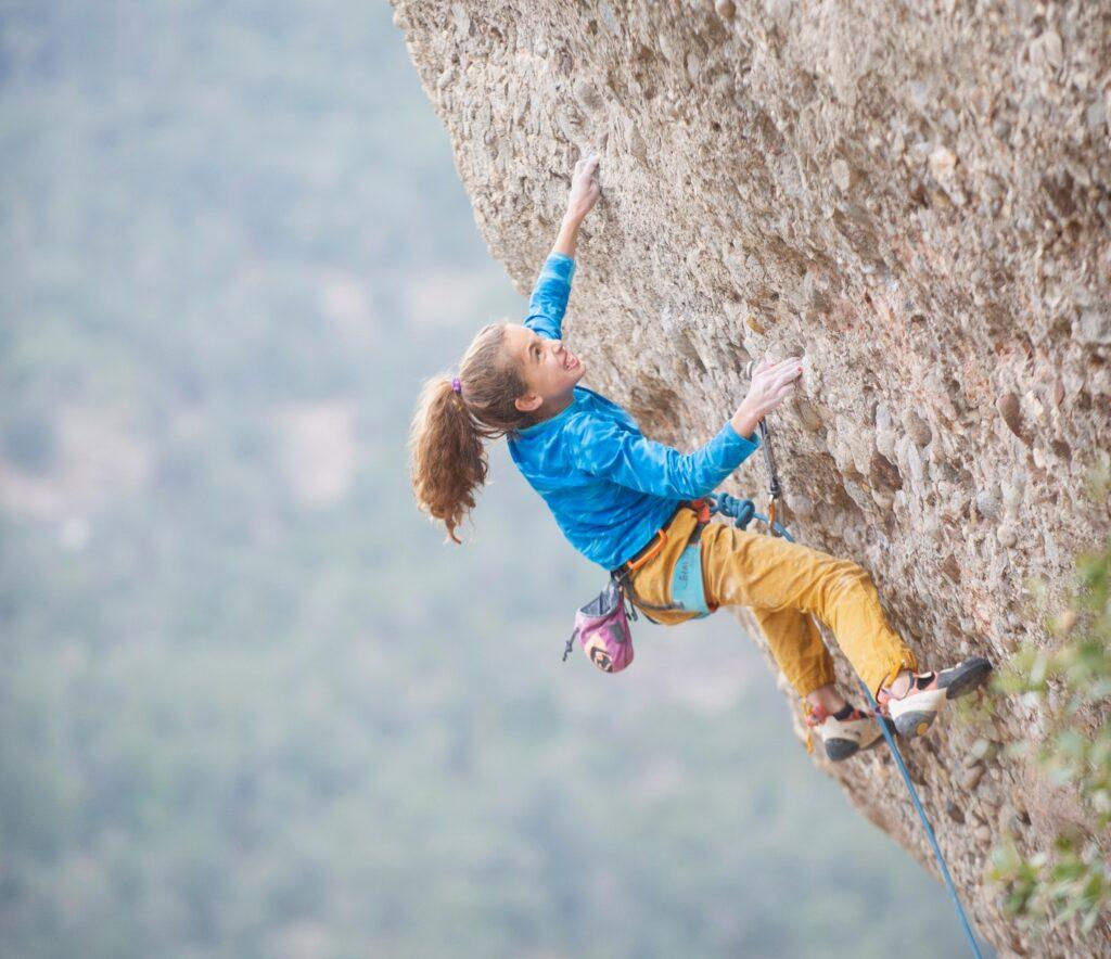 Geila Macià escalando en Montserrat