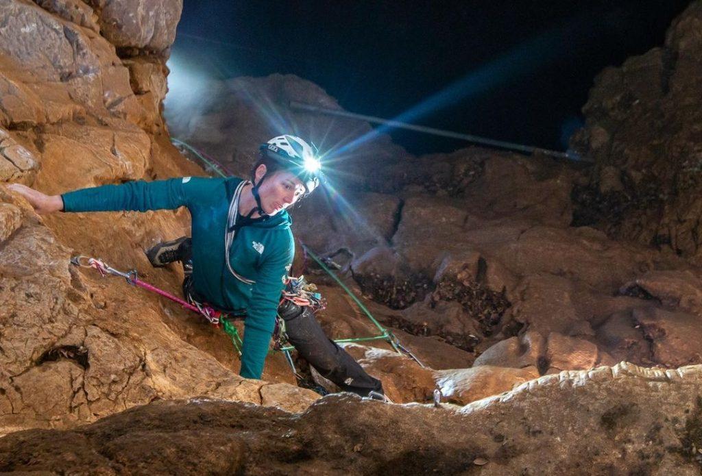 Caro Ciavaldini escalando bajo tierra