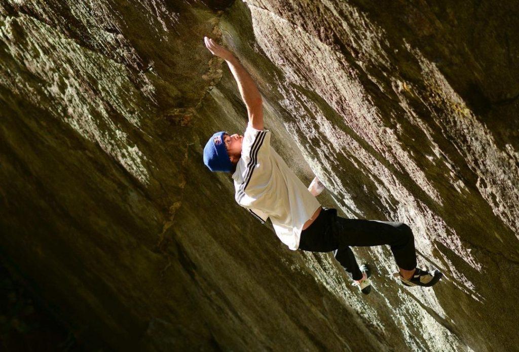 Giuliano Cameroni haciendo boulder