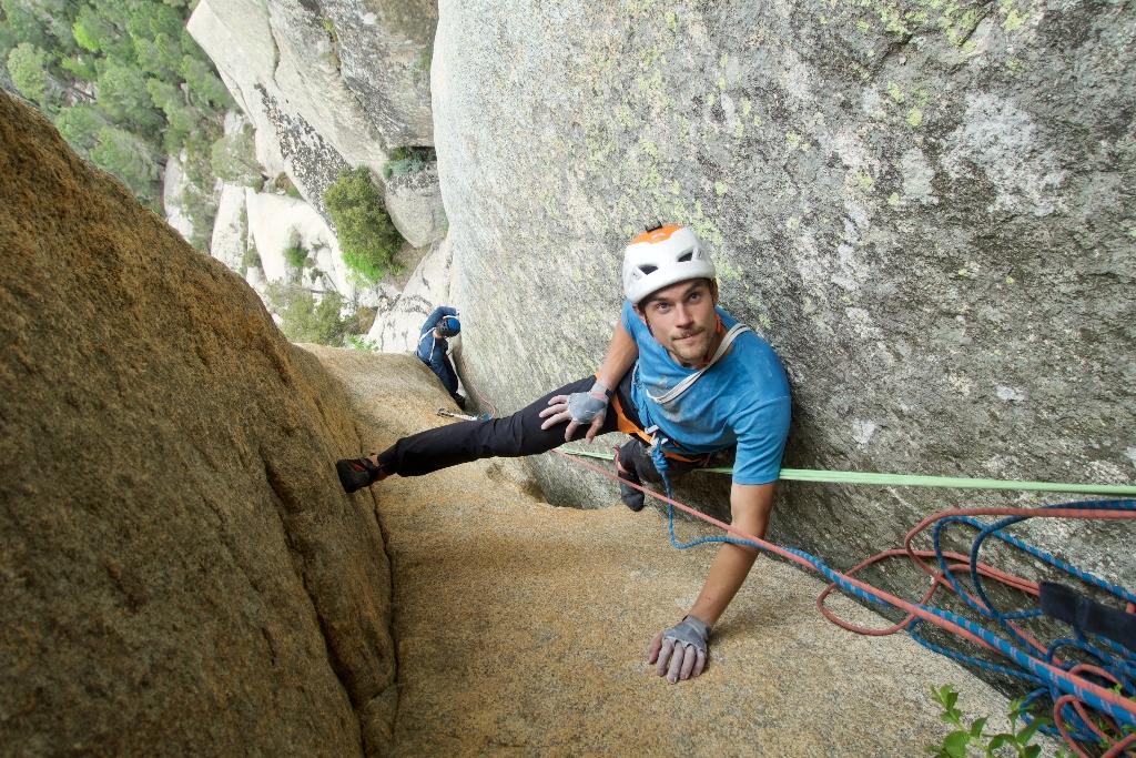 Symon Welfringer escalando en Córcega