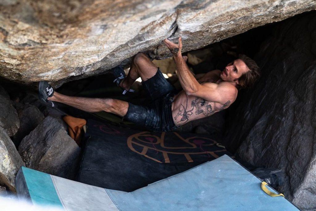 Daniel Woods escalando The Grand Illusion