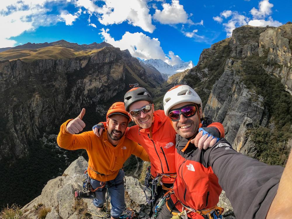 Hermanos Pou y Manu Ponce escalando en la Cordillera Blanca