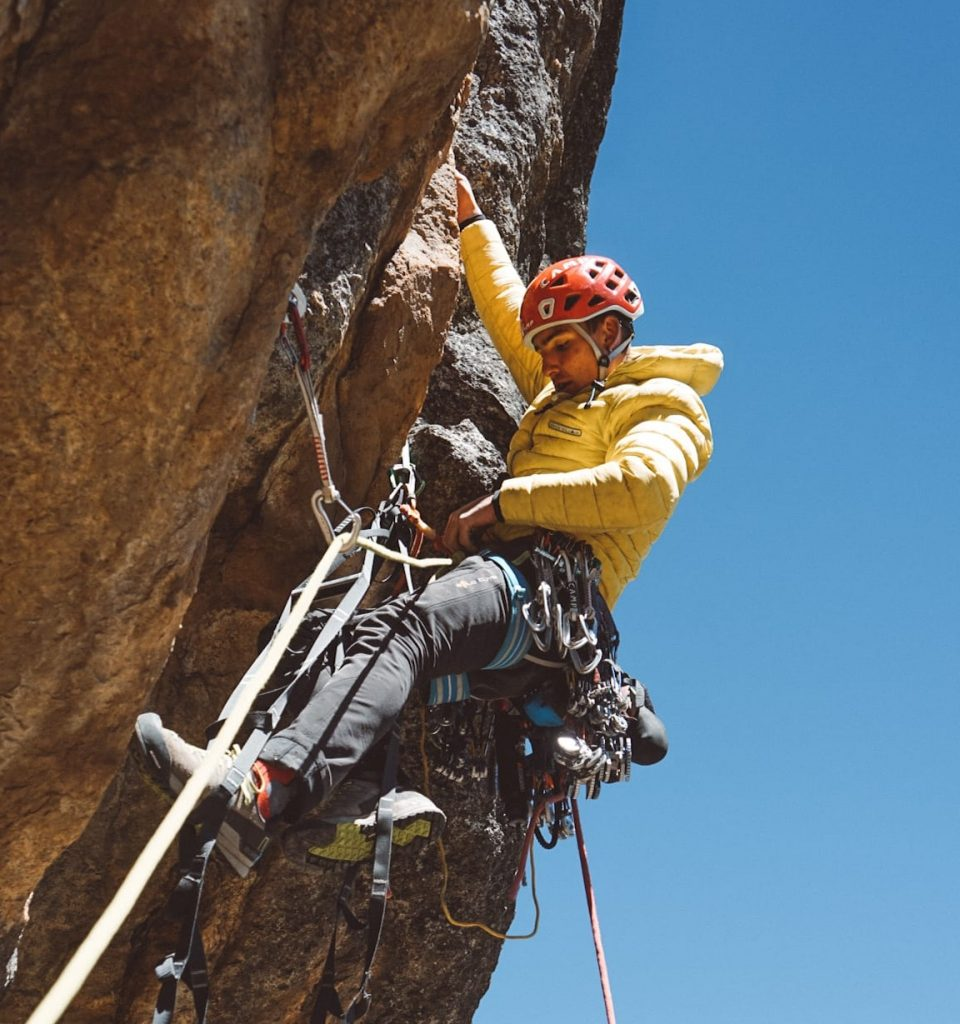 Álex González escalando en Perú