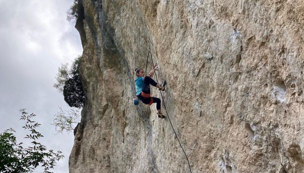 Ainhize Belar escalando en Valdegovía