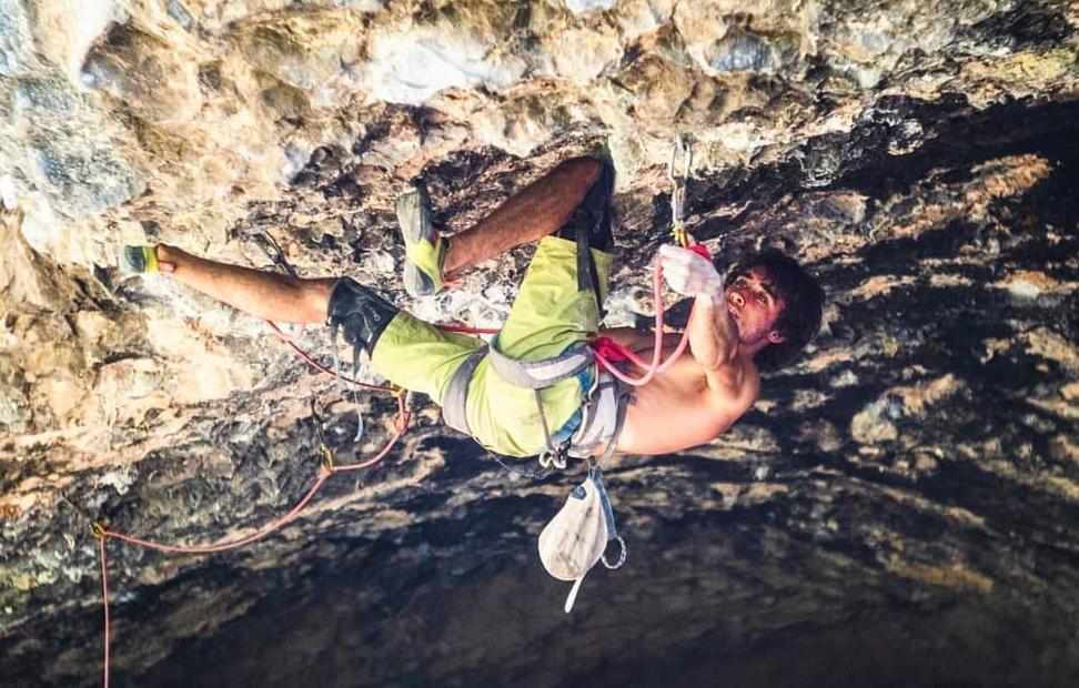Alex Garriga escalando en Rodellar
