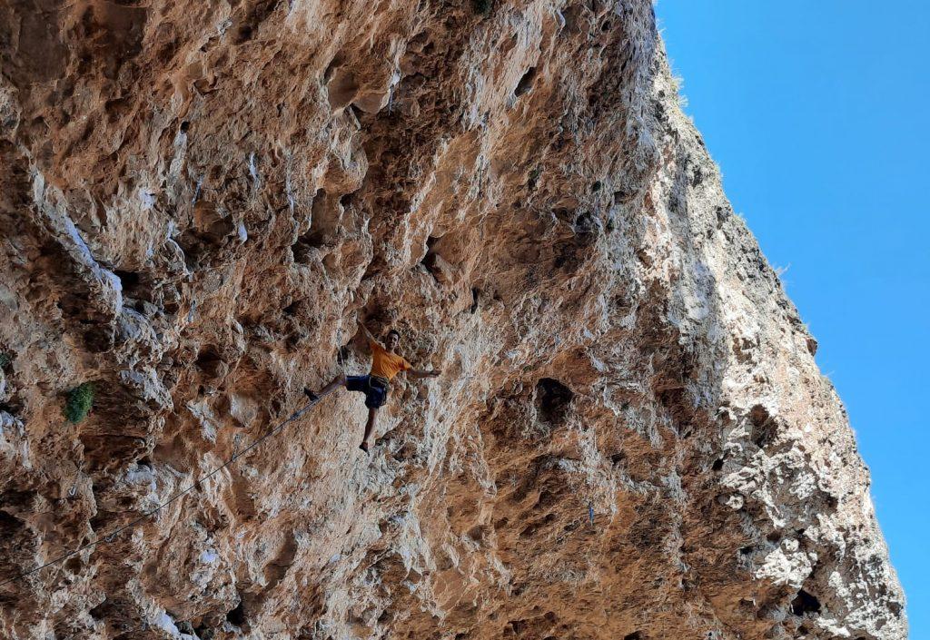 Javi Cano escalando en la Cueva del Arenal