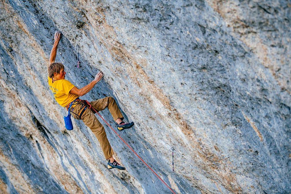 Alex Megos escalando en Céüse