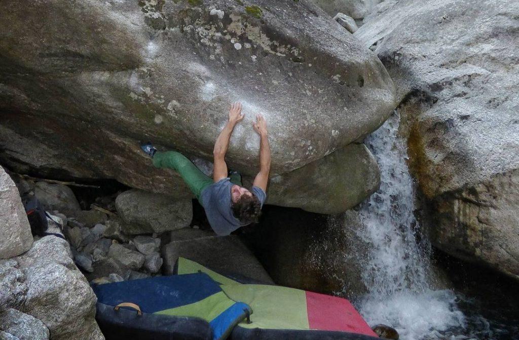 Pol Roca haciendo boulder