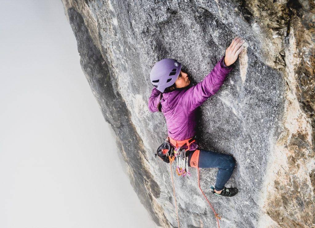 Katherine Choong escalando en pared