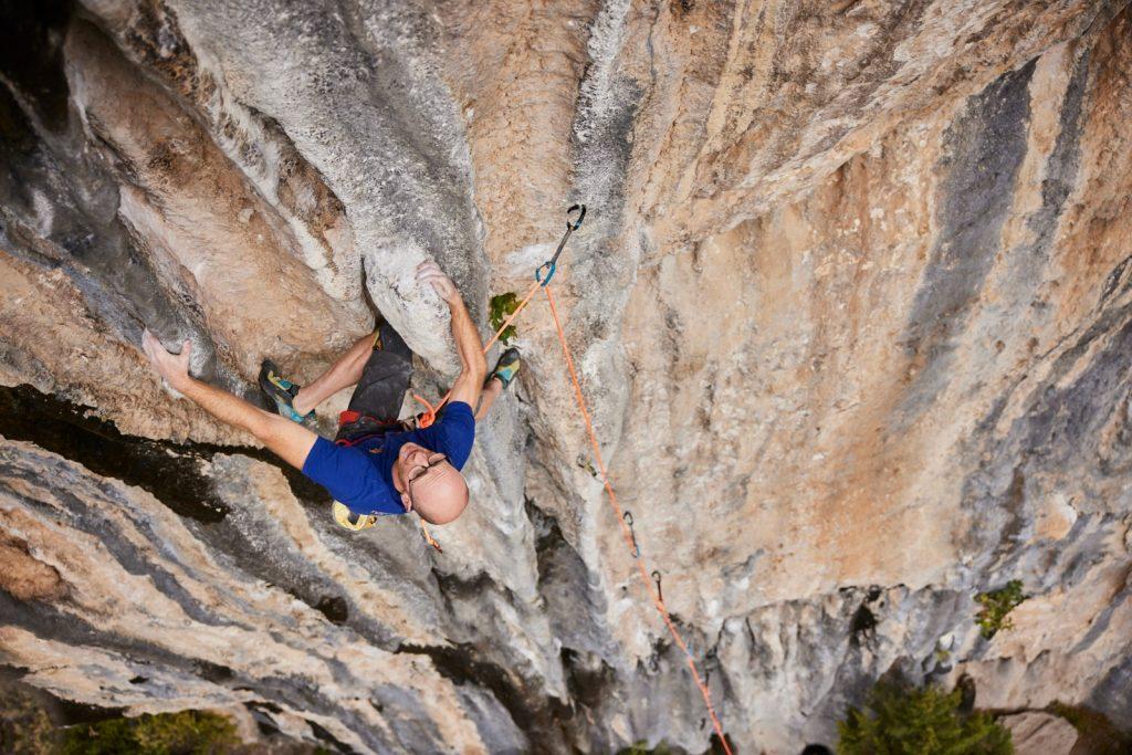 Iker Pou escalando en Rodellar